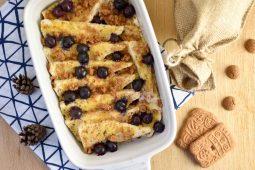 Broodpudding met blauwe bessen en speculaas