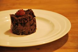 Fudgy brownies met double chocolate, frambozen en pecannoten