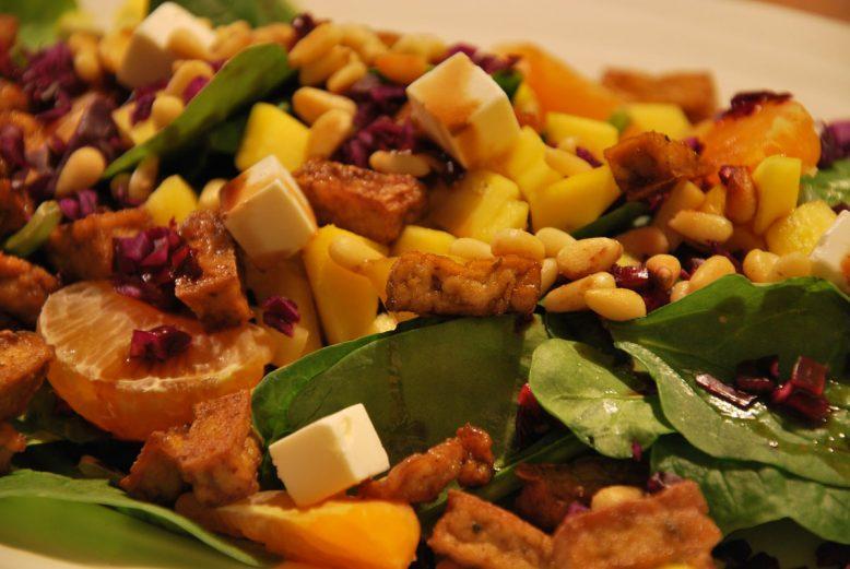 Superfood Sunday: vega gezonde salade met mango, spinazie en tofu