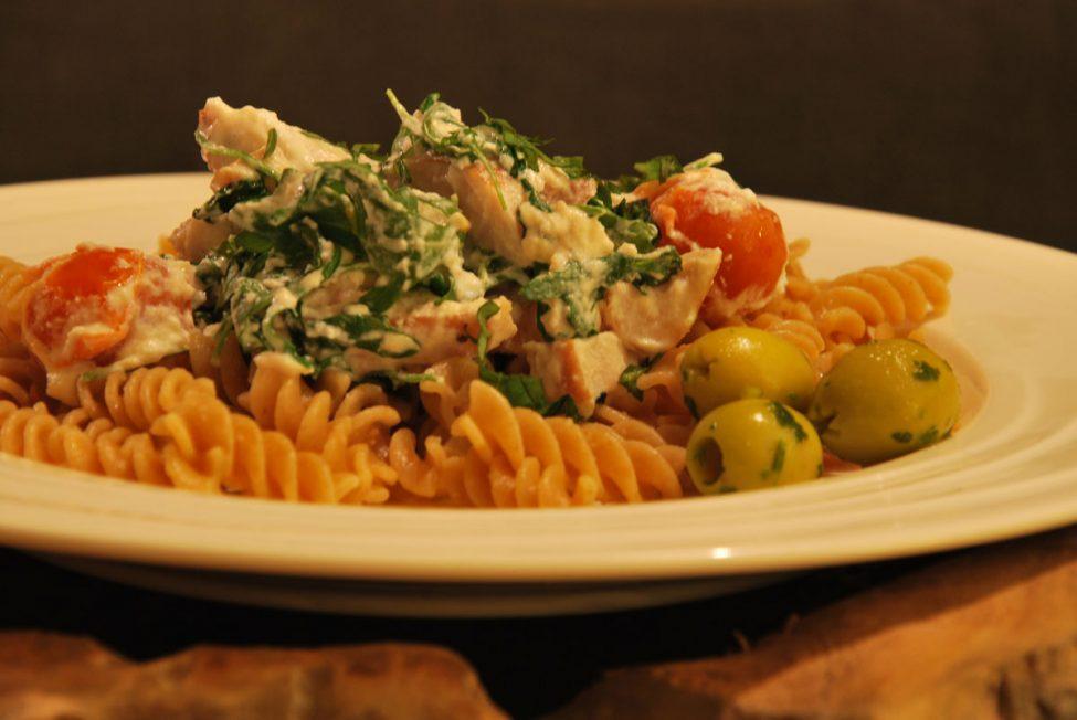 Italian cuisine: simpele pasta met gerookte kip