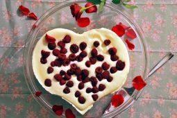 Valentijnstaart van witte chocolade en frambozen