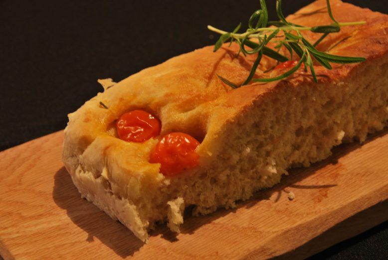 Italian cuisine: Focaccia met rozemarijn, zeezout en cherrytomaatjes