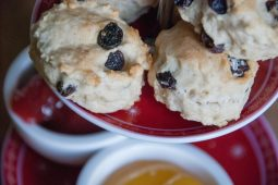 Scones met lemon curd, jam en clotted cream