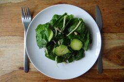 Spinaziesalade met avocado en venkel