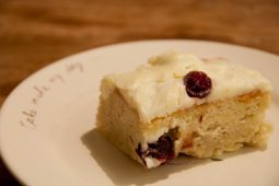 Cranberry cake met witte chocolade