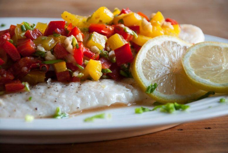 Ottolenghi geïnspireerde vis met paprika-hazelnoten salsa