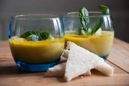 Zomerse pittige gele gazpacho