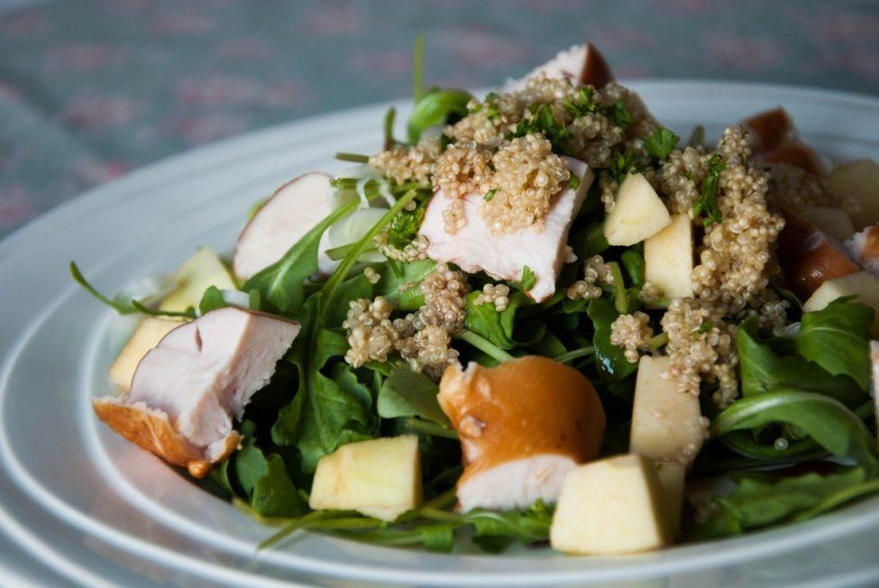 Zomerse salade met appel en kip