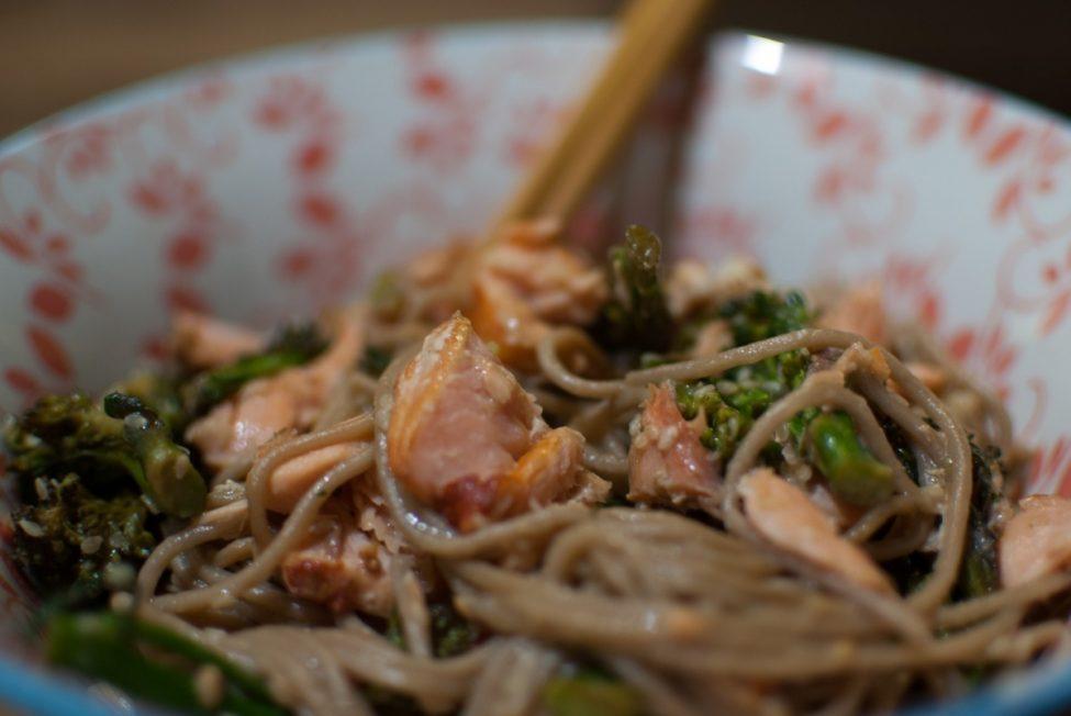 Zalm, bimi en soba noodles op Aziatische wijze