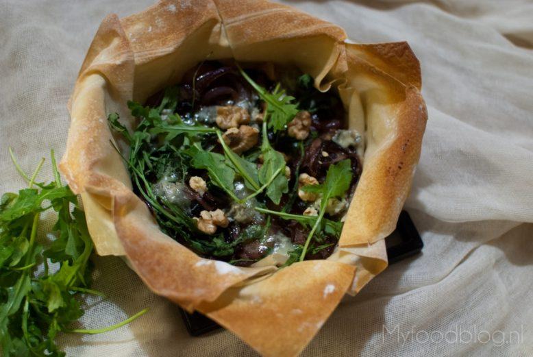 Hartig taartje met rode uien, gorgonzola en rucola