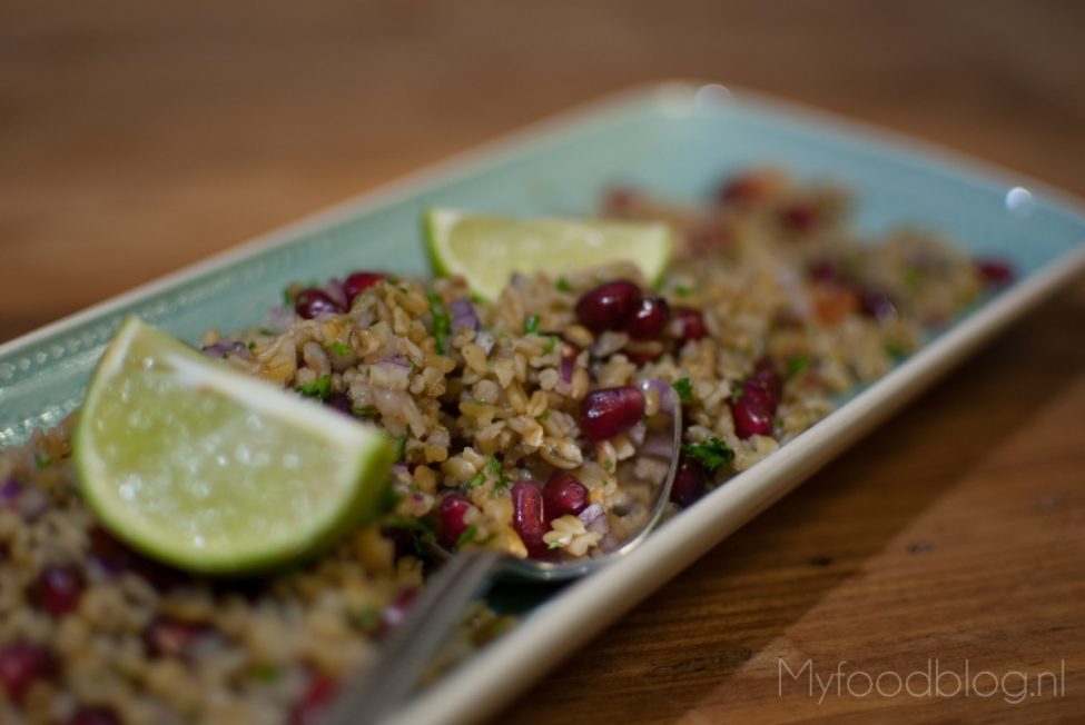 Freekeh met granaatappel, rode ui en peterselie