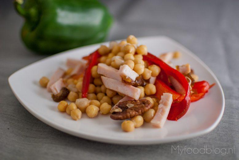 De perfecte pre-workout salade met kikkererwten, kip en dadels