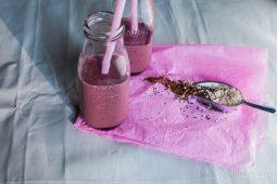 Ontbijt smoothie met havermout, kersen en cacao