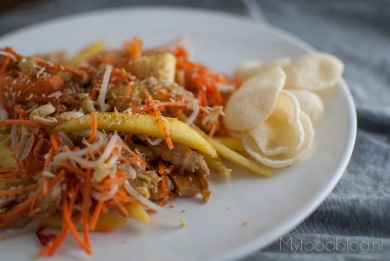 Aziatische salade met kip, mango en papaja