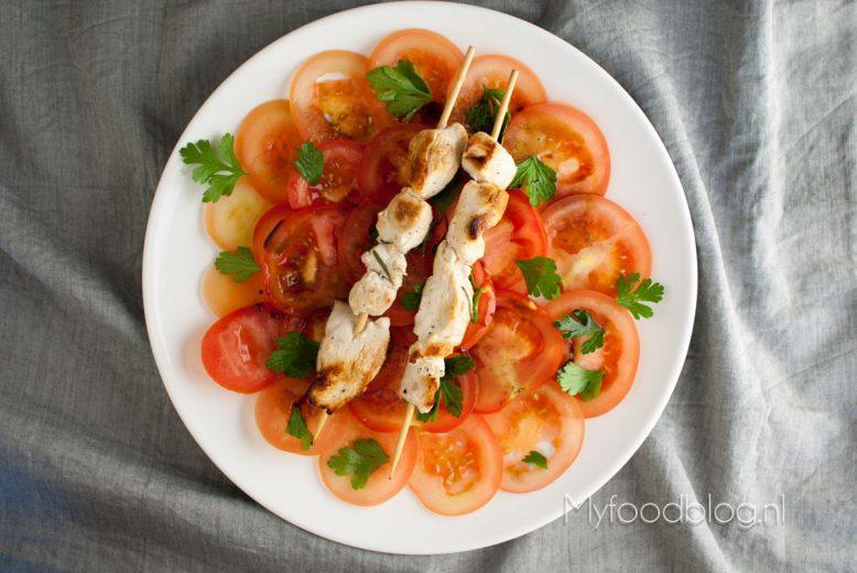 Citroenkip spiesjes met tomatensalade