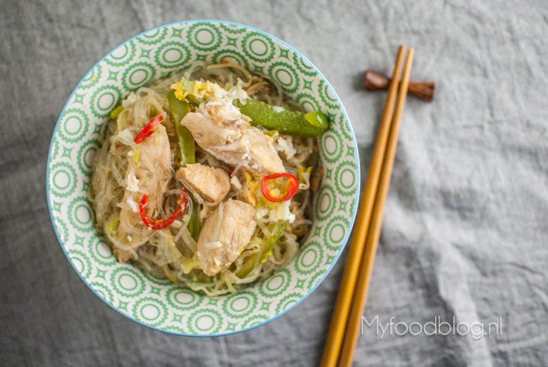 Rijst noodles met kip en lekker veel groenten