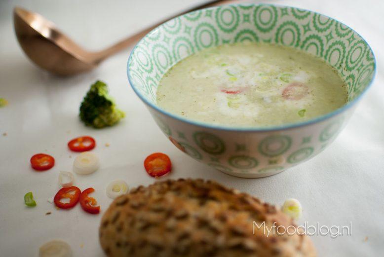 Aziatische broccoli soep met een vleugje kokos