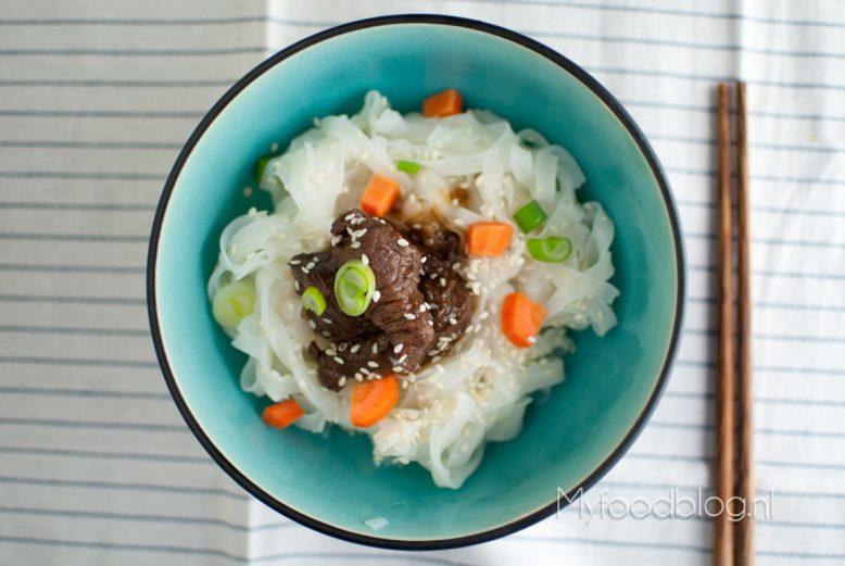 Biefstukreepjes met noodles en een snelle saus