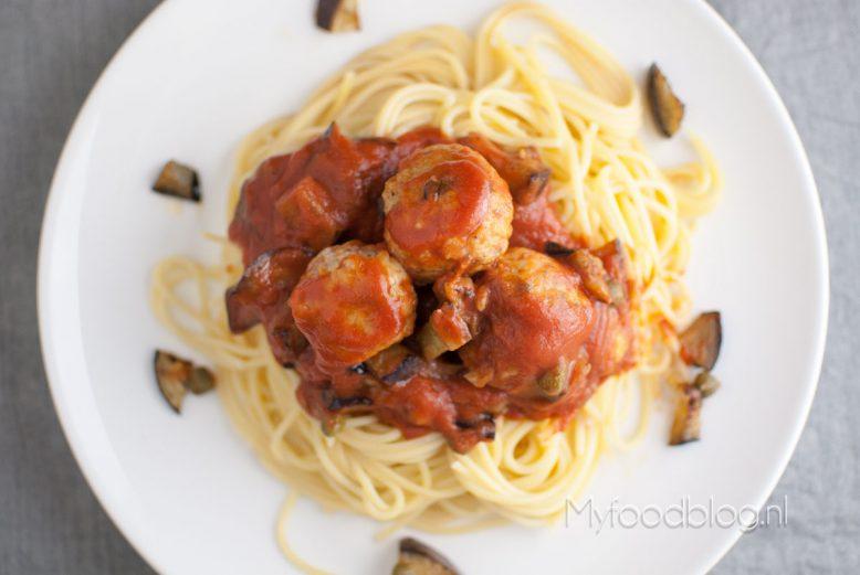 Spaghetti met kipgehaktballen en aubergine
