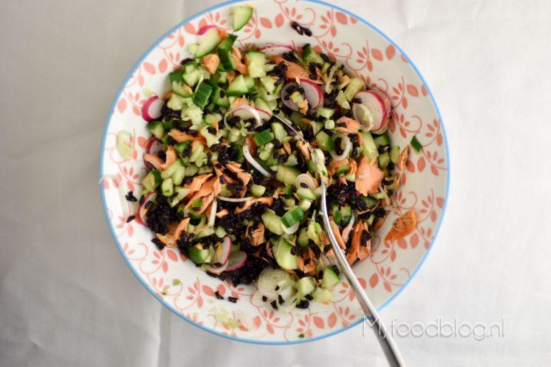 Zwarte rijstsalade met zalm