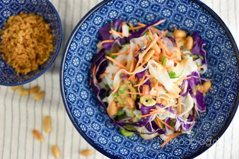 Kleurrijke vegan noodle salade