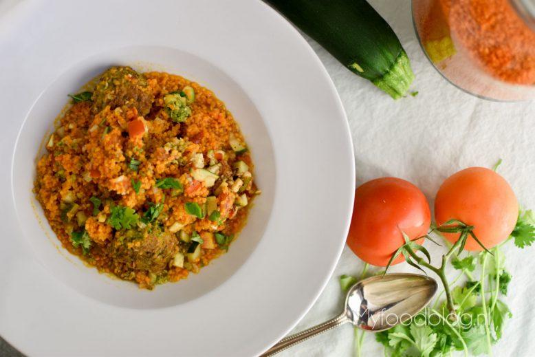 Pittige couscous soep met tomaat en courgette