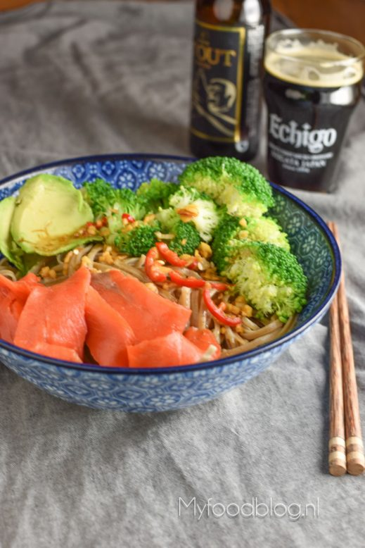 Soba noodle bowl met broccoli, zalm en avocado
