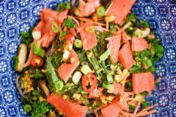 Soba noodles met groenten en zalm