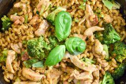 Eenpans macaroni met broccoli en kip