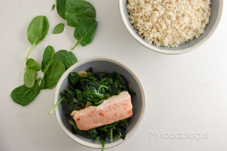 Zilvervliesrijst met gewokte spinazie en chili zalm