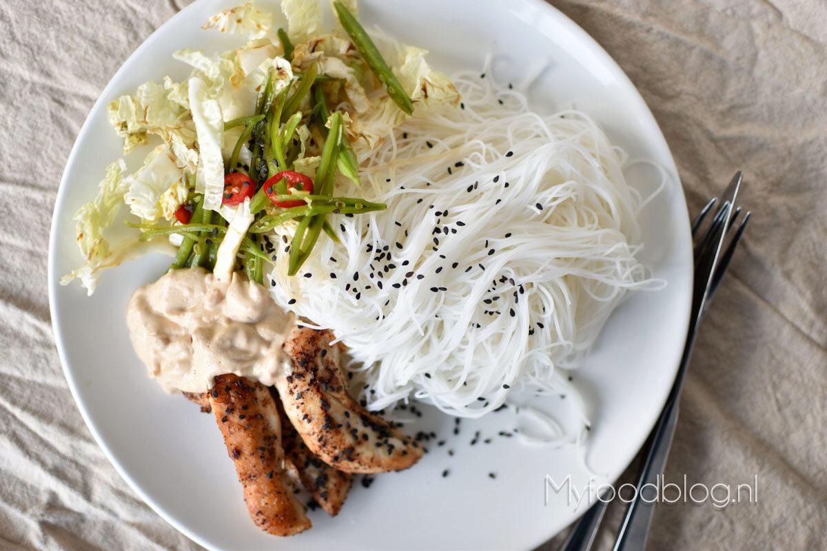 Rijstnoodles, five spice kip en frisse Aziatische salade