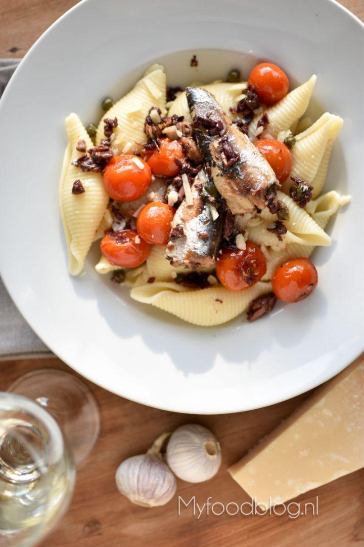Reuze pastaschelpen met sardines en tomaat