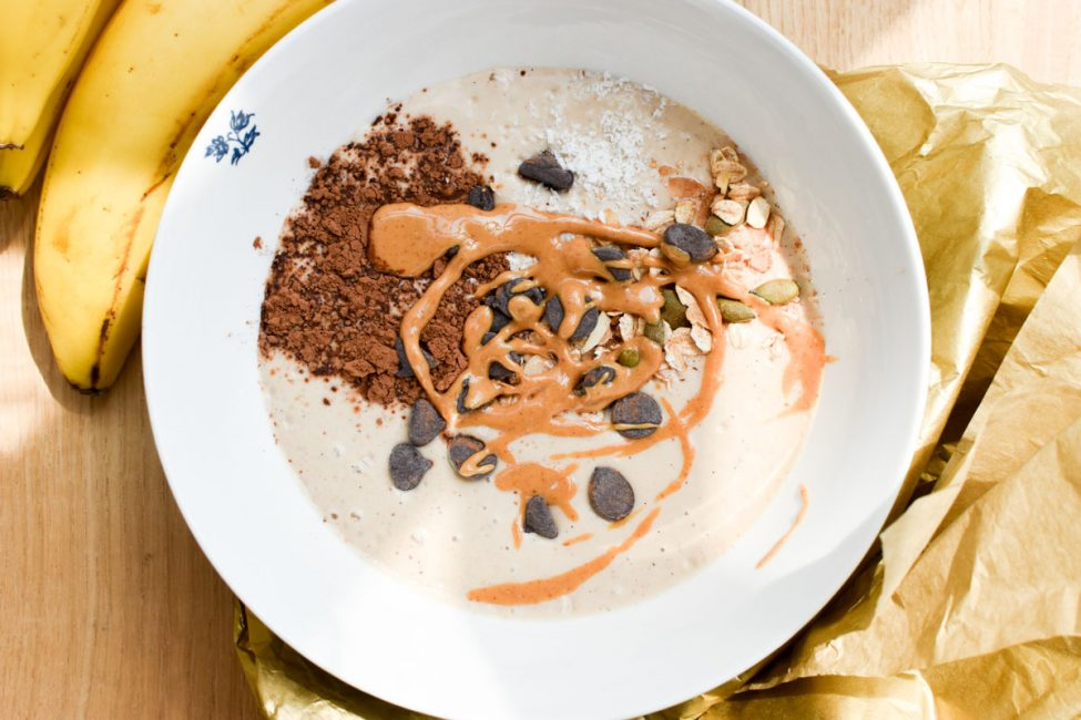 Pindakaas smoothiebowl (een gezond en eiwitrijk ontbijt!)