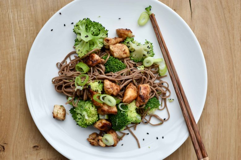 Makkelijke hoisin kip, broccoli en noodles