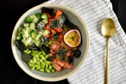 Poke bowl met quinoa, zalm en passievruchten