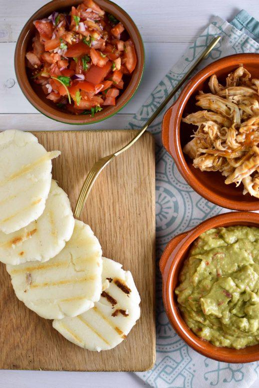 Arepas met pulled chicken, tomatensalsa en guac