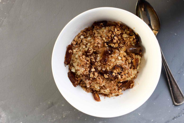 Havermoutpap met pindakaas en dadels (gezond ontbijt!)