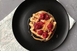 Pindakaas wafels met frambozen (gezonde wafels!)