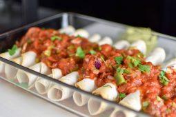 Pulled chicken taquitos met salsa