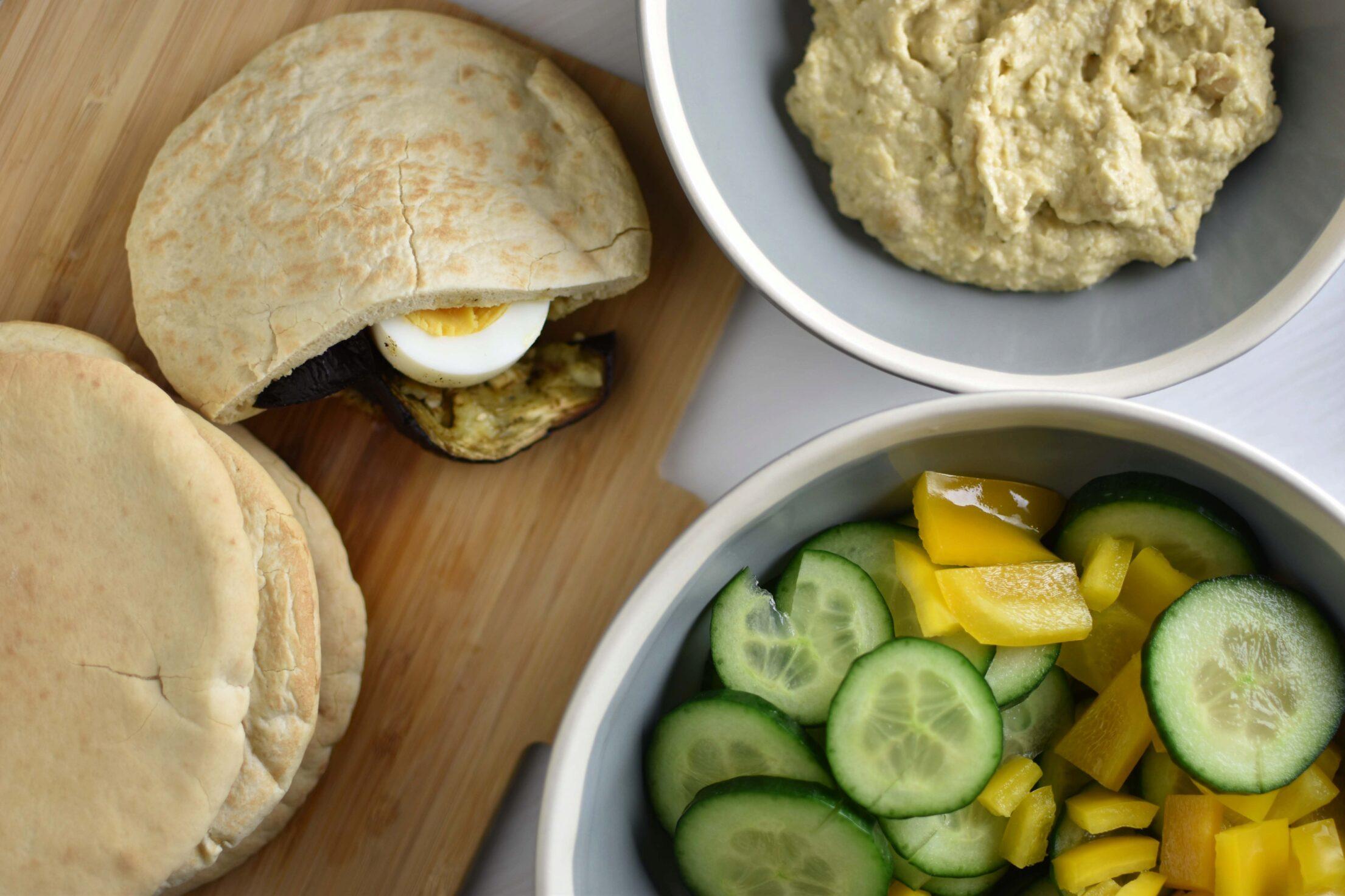 Sabich (Israëlische pita met gegrilde aubergine, eieren en tahin)