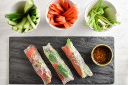 Spring rolls met gerookte zalm en avocado