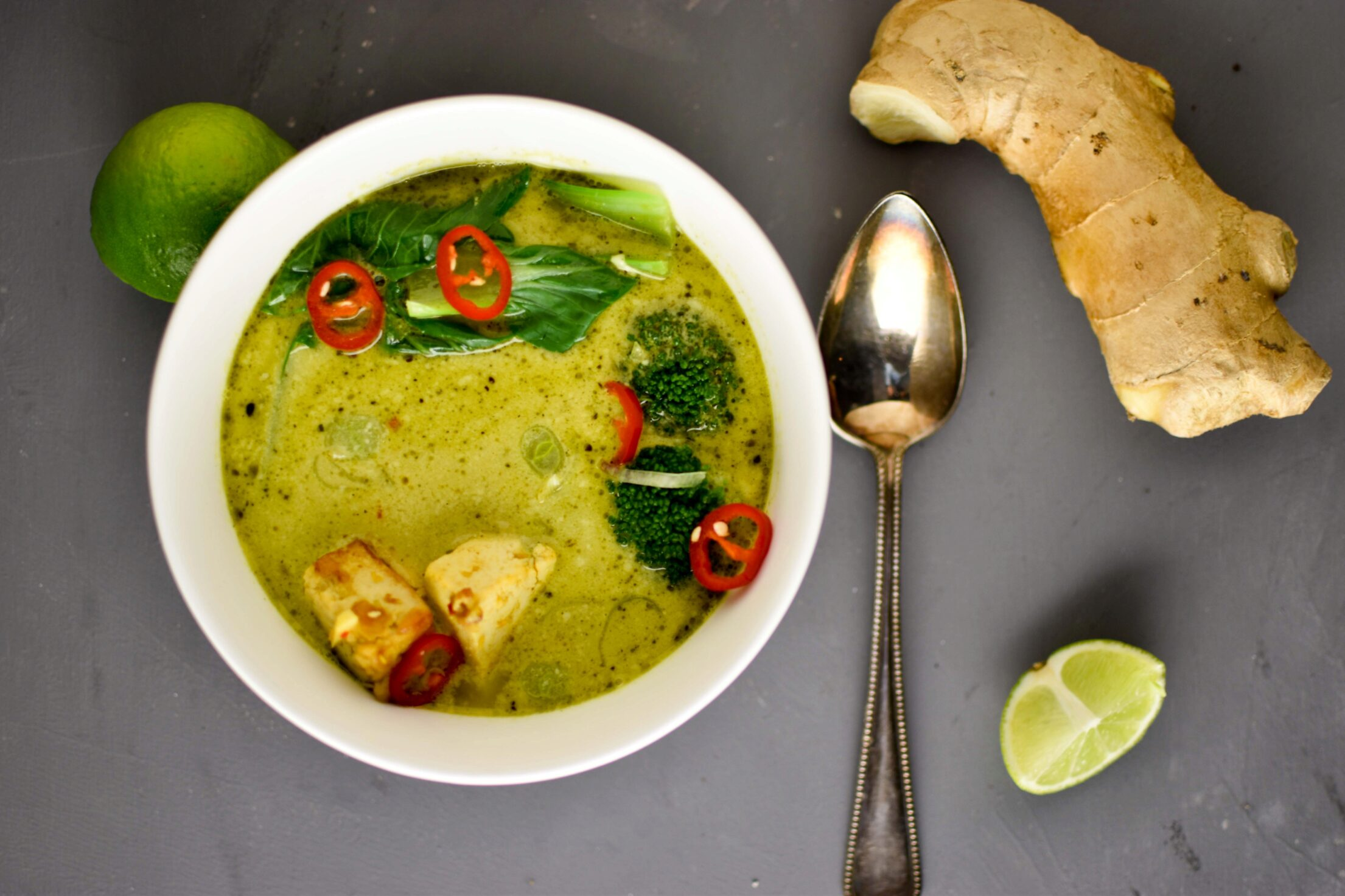 Aziatische gember kurkuma soep met pittige tofu