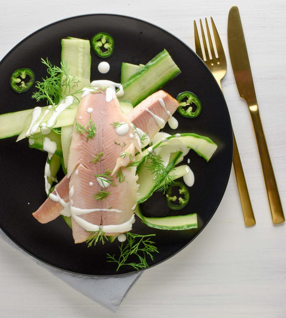 Komkommersalade met gerookte forel