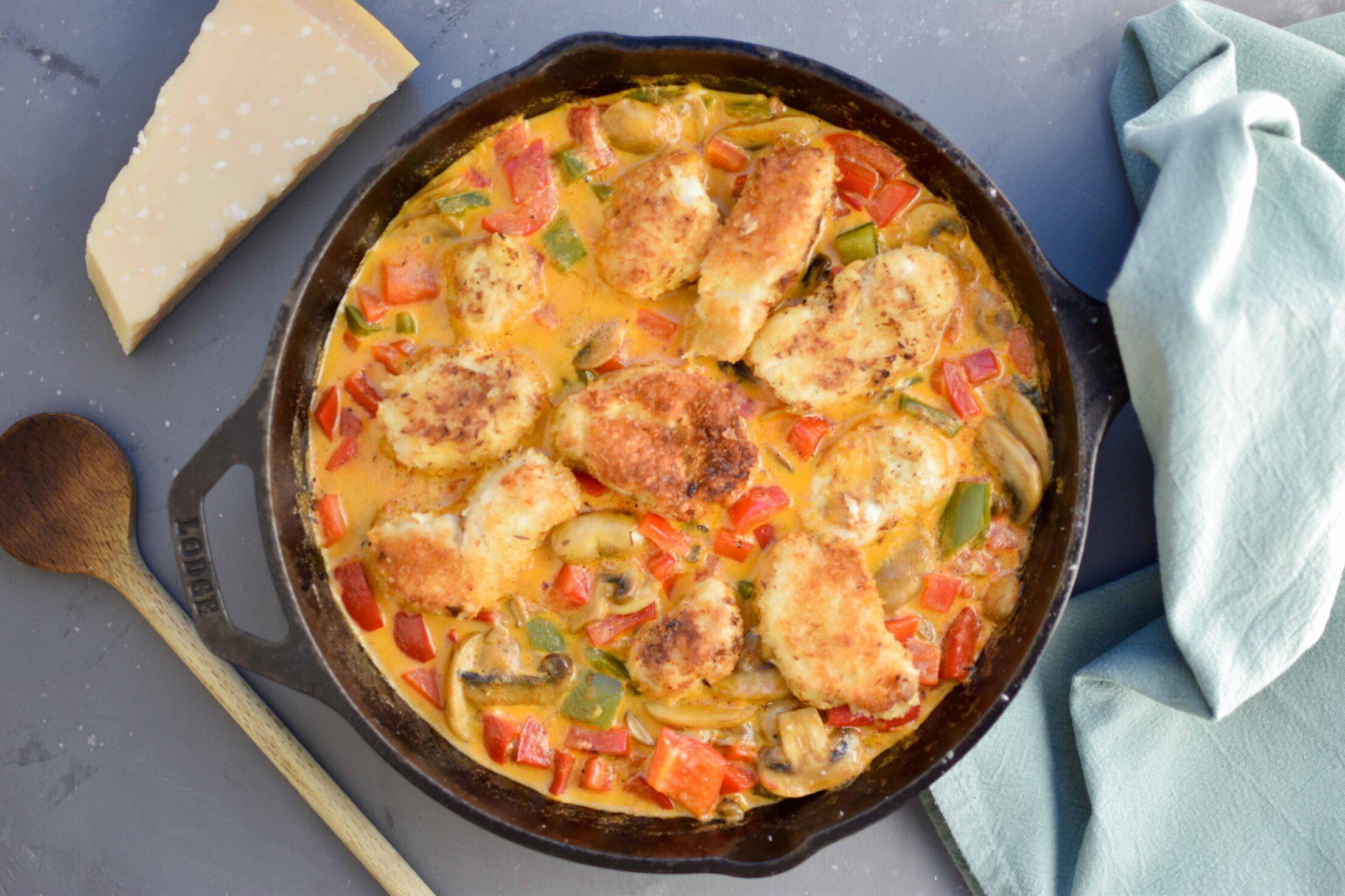 Pasta met krokante kip, groenten en een romige saus