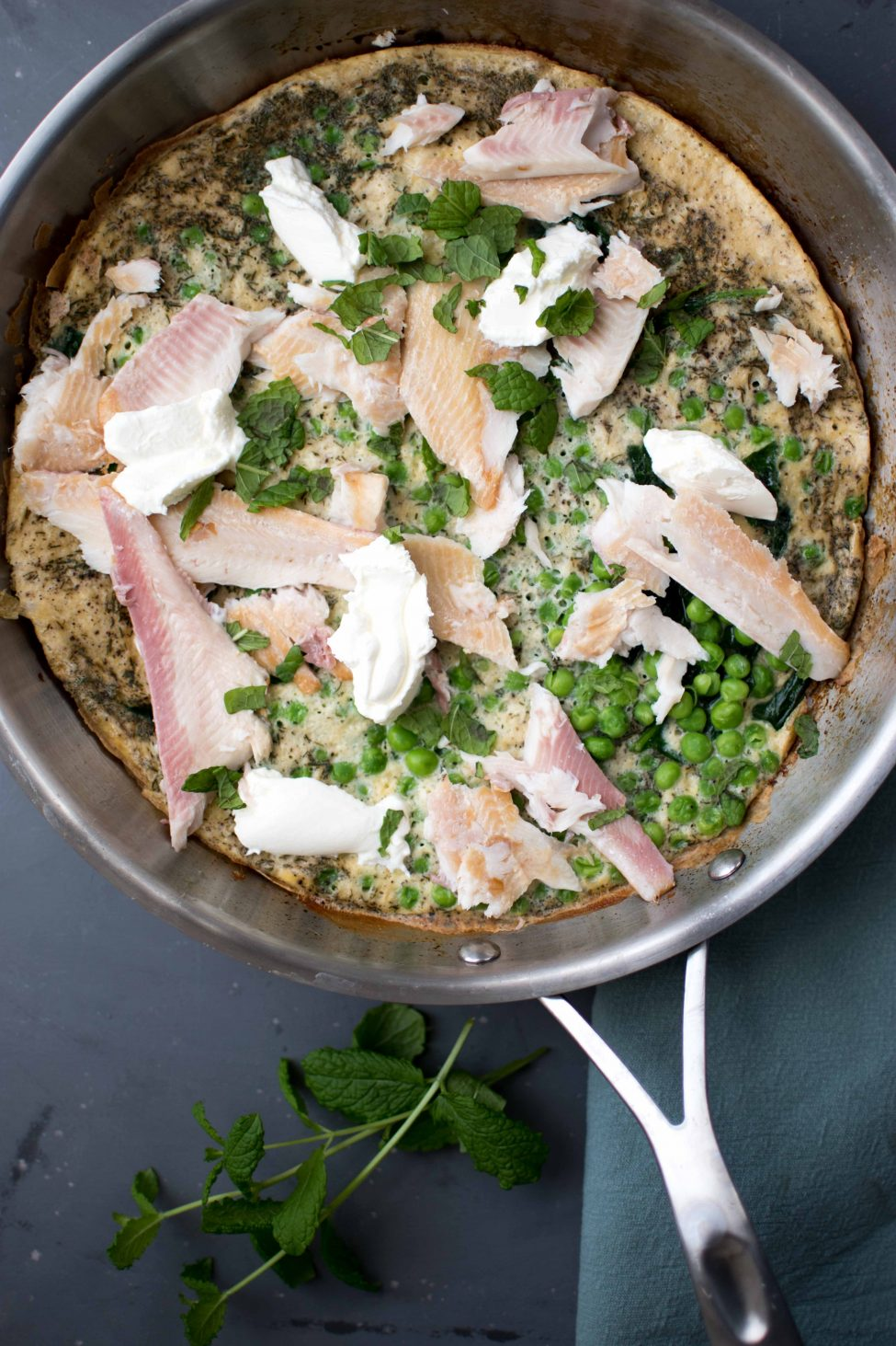Goed gevulde omelet met forel, doperwten en munt