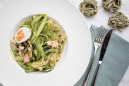 Tagliatelle met groene asperges, zalm en ei