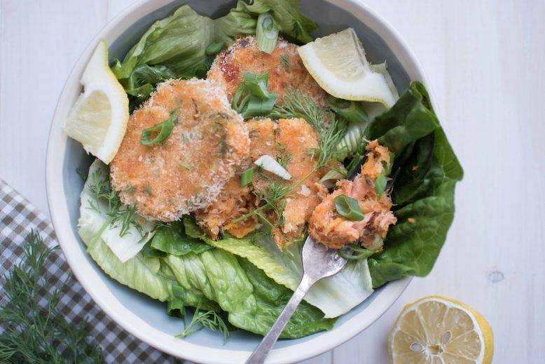 Salade met zalmkoekjes