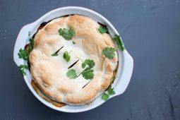 Indiase vegetarische groentetaart (met linzen, zoete aardappel en spinazie)