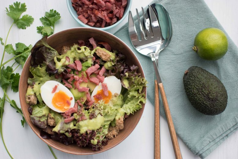 Groene salade met avocado, ei en kalkoenspekjes