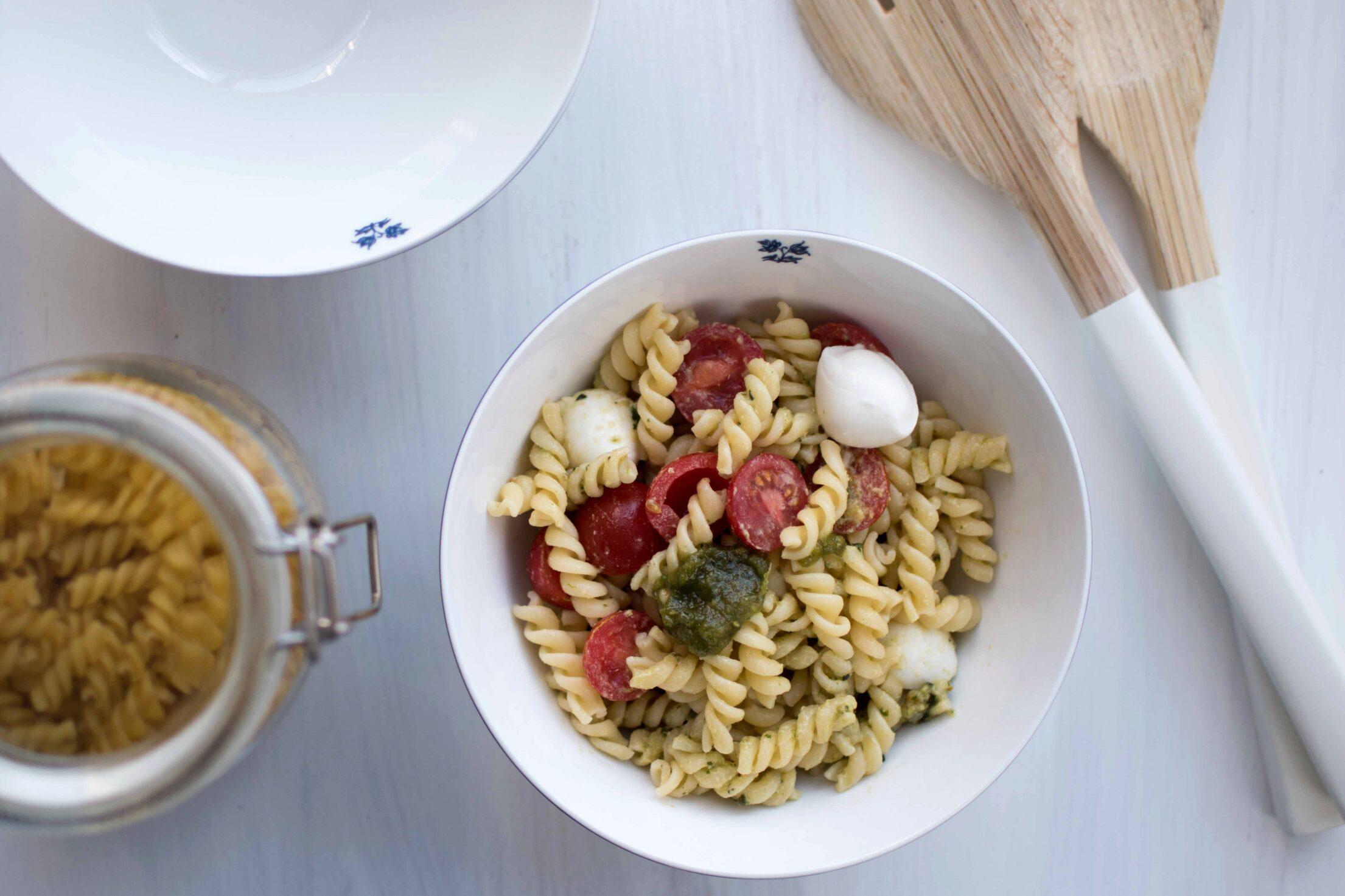 Klassieke pastasalade pesto, mozzarella, tomaat